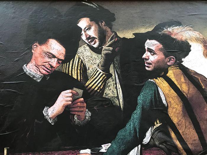 """Roma, murales accanto al Qurinale di Berlusconi, Salvini e Di Maio al posto dei """"bari"""" di Caravaggio. Subito rimosso, ma scoppia polemica"""