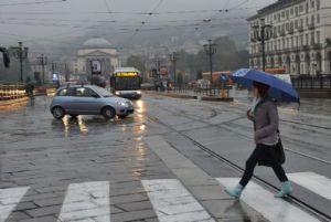 Meteo, primo maggio con il maltempo: pioggia su nordovest e centro Italia. Calano le temperature