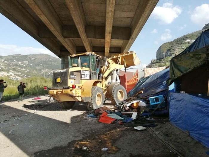 Ventimiglia, sgomberato accampamento migranti: scoppia incendio, nessun ferito