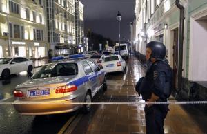 Russia, giornalista cade dal balcone di casa sua e muore: è giallo. Indagava sulle morti di mercenari russi in Siria