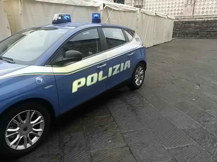 Firenze: poliziotto passa col rosso, provoca incidente, scappa ma perde la targa