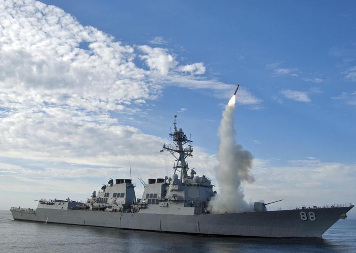 Siria, Trump muove nave da guerra verso acque siriane: jet russi la sorvolano a bassa quota