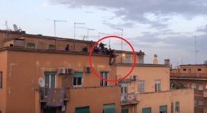 Roma, sale sul tetto e minaccia il suicidio: poi si butta. La polizia lo afferra per le gambe