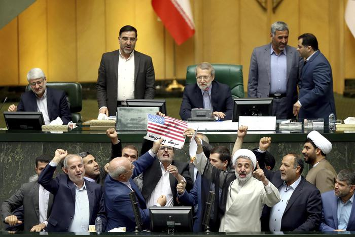 Nucleare, a Teheran bandiera Usa data alle fiamme: l'episodio al parlamento dopo la decisione di Trump