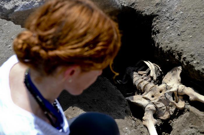 Pompei, ritrovato dopo 1900 anni gli scavi lo scheletro dell'ultimo fuggiasco