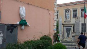 """Fantocci """"anti-Salvini"""" con svastica nel napoletano, il leader della Lega: """"Vigliacchi"""""""