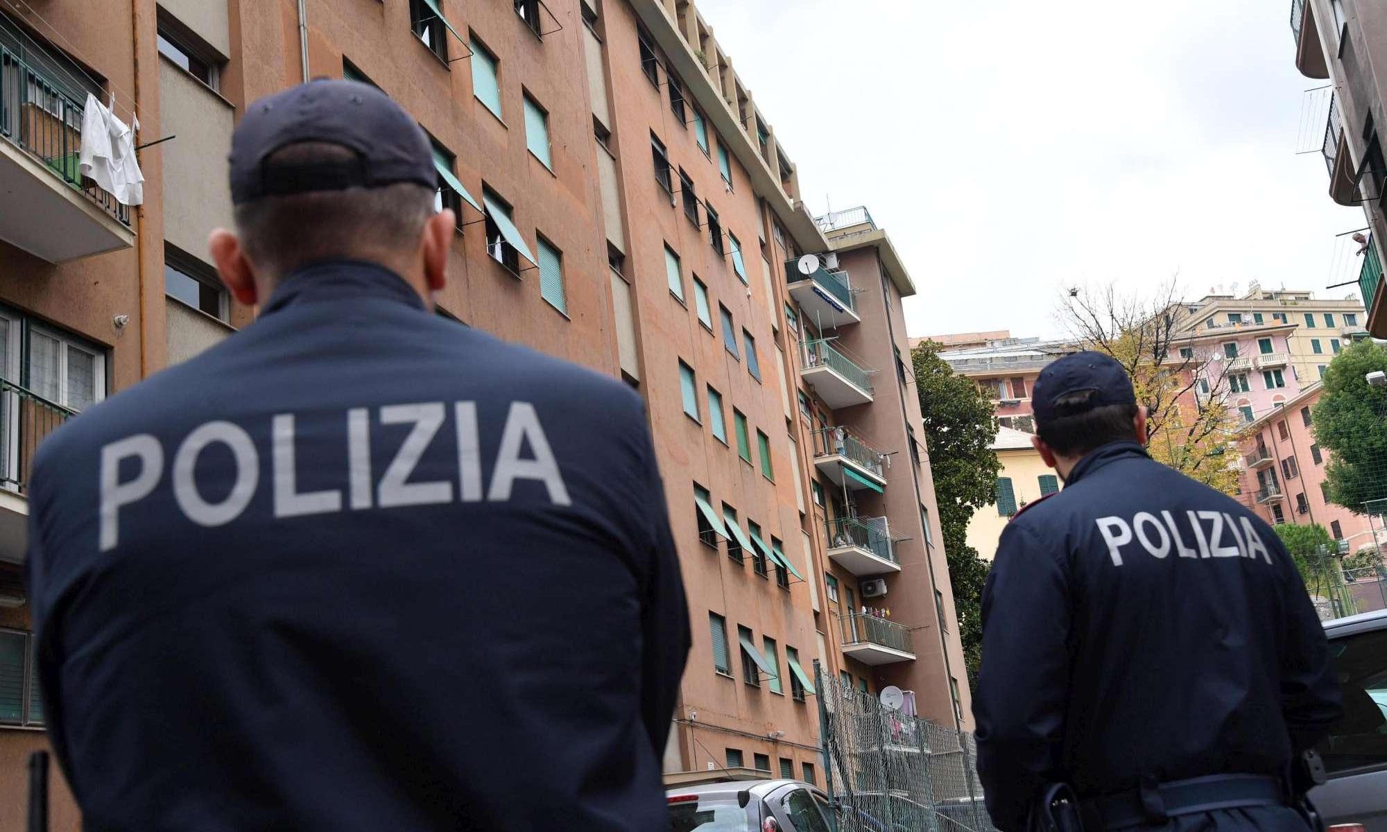 Genova, giovane accoltella poliziotto e viene ucciso: ferito grave l'agente