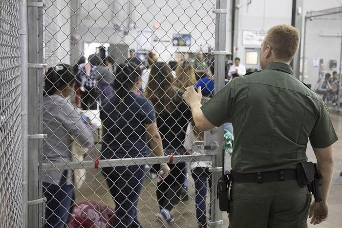 """Usa, dopo le proteste Trump firma ordine esecutivo per tenere unite le famiglie dei migranti: """"Fornire strutture"""""""