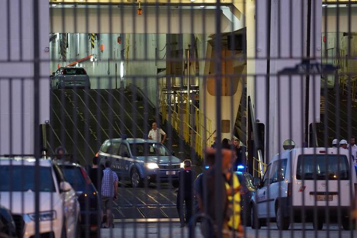 Napoli, incidente sul ponte di un traghetto: auto schiaccia passeggeri. Morto un uomo, ferita la figlia
