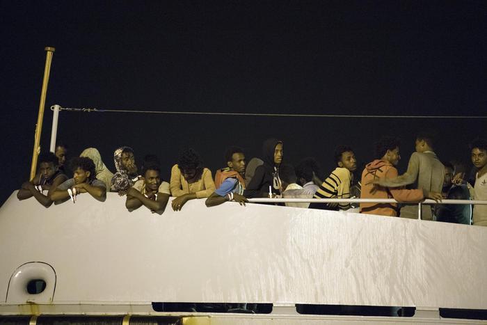 Migranti, 4 annegati a largo di Linosa: si sono tuffati in mare pensando di essere arrivati