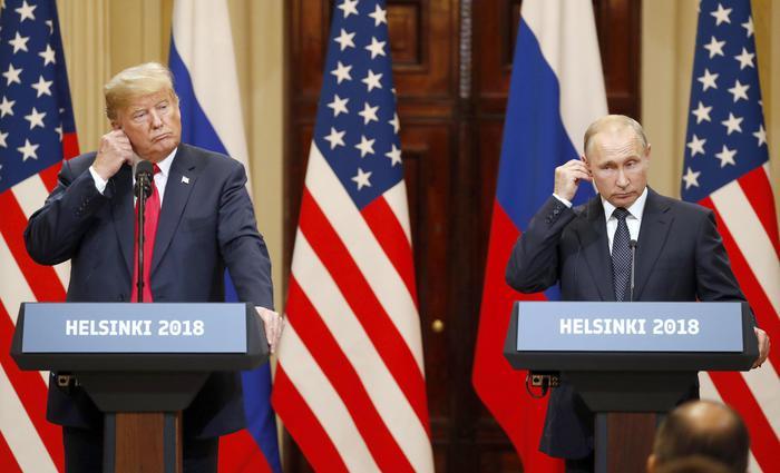 """Putin: """"Nessuna ingerenza russa nel voto Usa"""". Trump: """"Russiagate una farsa"""". Scoppia la protesta Usa: """"La resa di Trump a Putin è un tradimento"""""""