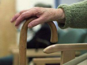 """Napoli, anziana chiama la polizia per una rapina, poi confessa: """"Sono sola, aiutatemi"""""""