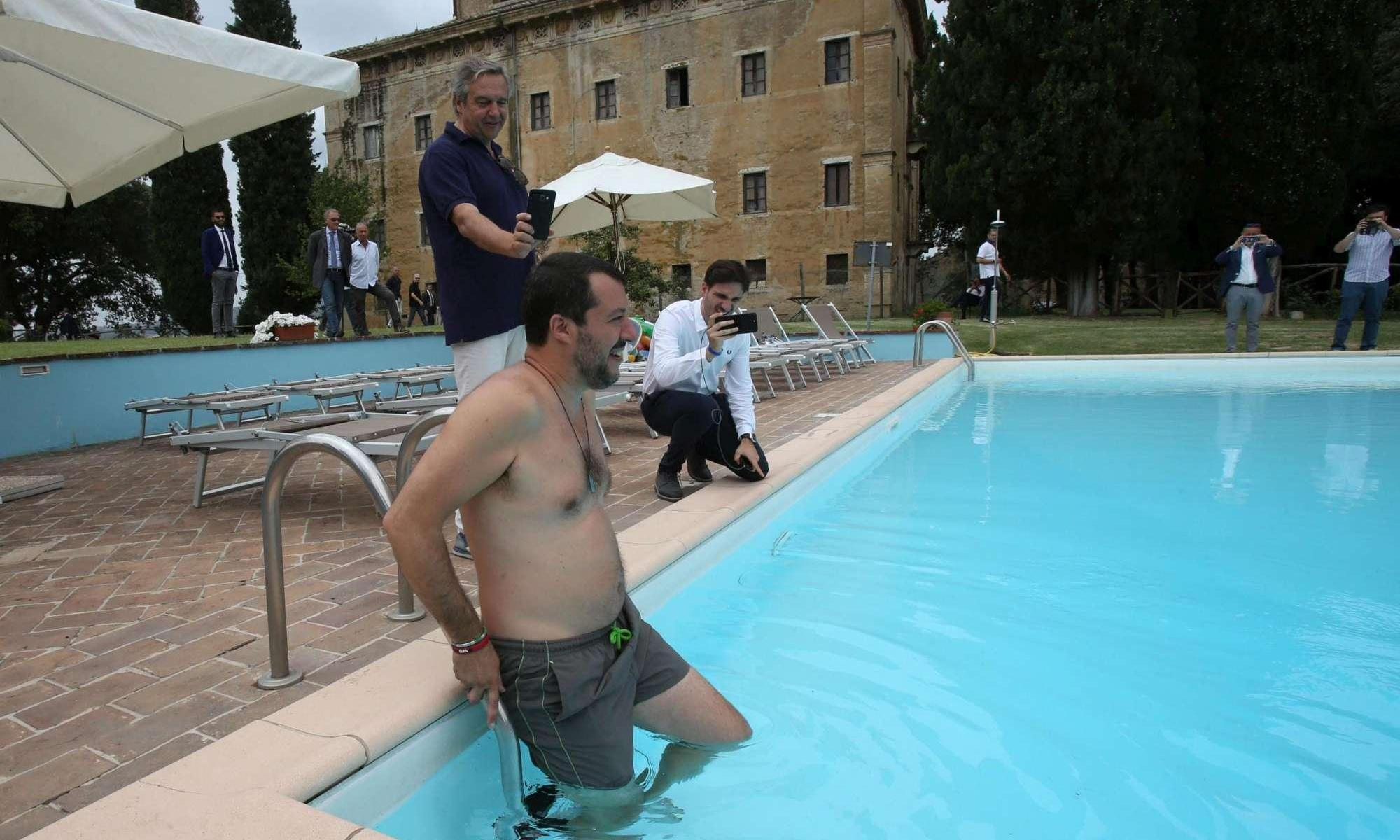 """Siena, Salvini fa il bagno in una piscina confiscata alla mafia: """"Cari mafiosi è finita la pacchia, anche per voi"""""""