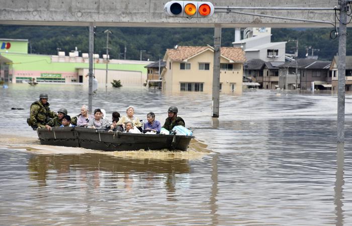 """Giappone in ginocchio: 112 morti, 6 milioni di sfollati e fabbriche chiuse. Il premier Abe: """"È una corsa contro il tempo"""""""