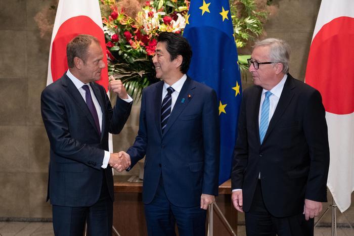 """Ue-Giappone, siglato accordo di libero scambio: da Juncker e Abe una risposta a Trump: """"Il protezionismo non regge"""""""