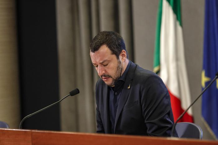 """Salvini: """"Porti chiusi anche alle navi militari europee"""". La Difesa replica: """"Non ha nessuna competenza"""""""