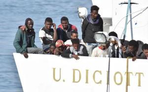 """Migranti, scontro nel governo per il recupero della nave Von Thalassa: """"La Guardia costiera è intervenuta perché l'equipaggio italiano era a rischio"""""""