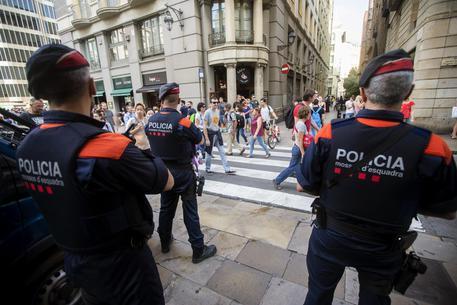 """Barcellona, algerino grida """"Allah Akbar"""" vicino ad una stazione di polizia: ucciso. Ha tentato di colpire gli agenti con un coltello"""