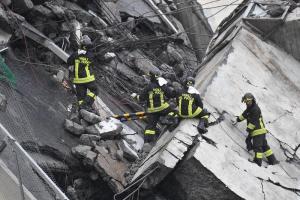 """Genova, crolla ponte Morandi su autostrada A10: 37 morti e le ricerche proseguono. Governo: """"E' colpa di Autostrade, multiamoli e cacciamoli via"""""""