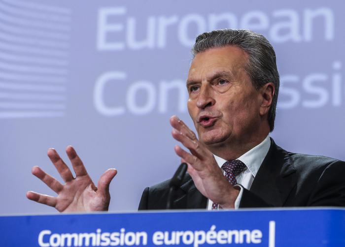 """Migranti, commissario Oettinger: """"L'Italia deve pagare, è un obbligo legale. I contributi all'Ue? Una farsa"""""""