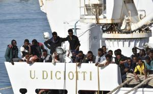 """Migranti, nave Diciotti a Catania per """"scalo tecnico"""": scontro Salvini-Ue: """"Gli Stati ci lasciano i migranti"""""""