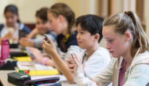 """Scuola, flop delle lezioni con il cellulare: """"I professori non li sanno usare"""". E in Francia lo smartphone in classe è vietato"""