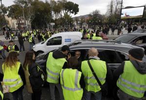 """Francia, gilet gialli contro il caro-carburante bloccano depositi: """"Macron ci incontri"""""""
