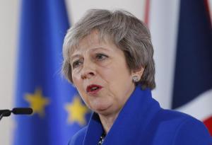 Brexit, caos governo: Theresa May rinvia il voto in Parlamento. Urla e contestazioni ai Comuni