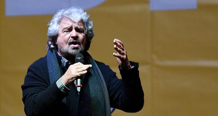 """Oxford, Beppe Grillo contestato dagli studenti: """"Basta con questa farsa"""". Lui si difende: """"Non siete cortesi"""""""
