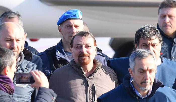 Cesare Battisti, fine della fuga: tradito anche dai social. Lo aspettano 6 mesi in isolamento a Rebibbia