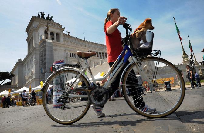 Codice della strada, ecco le novità: bici anche contromano, niente fumo in auto e 150 kmh in autostrada