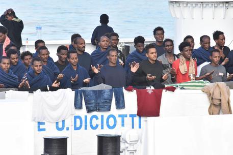 """Nave Diciotti, 41 migranti chiedono risarcimento a Salvini e Conte. Il ministro: """"Mi faccio una grassa risata"""""""