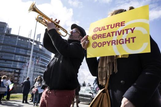 Copyright, via libera dal Parlamento europeo alla riforma. Come cambierà il web