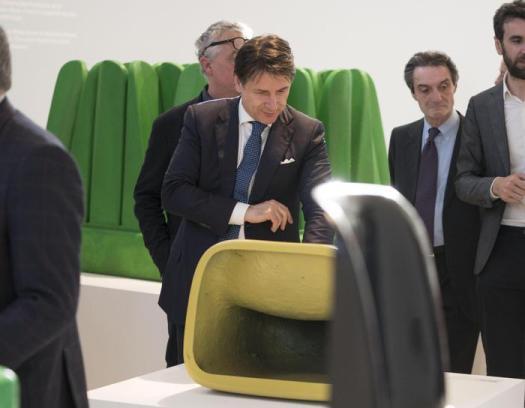"""Milano, Salone del Mobile: Conte sfiora un'installazione e la custode non lo riconosce: """"Non tocchi quella lampada"""""""