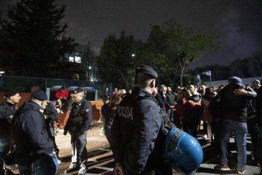 Roma, grida e proteste contro i nomadi al centro di accoglienza di Torre Maura: la procura indaga per odio razziale