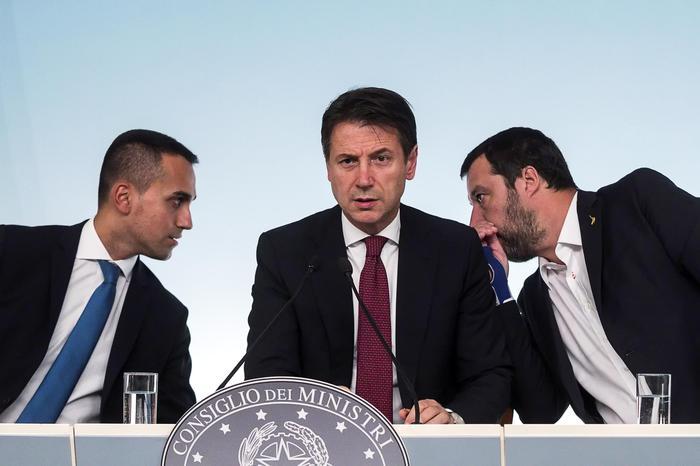 Il Consiglio dei ministri approva il Def: niente aumento dell'Iva e flat tax per il ceto medio