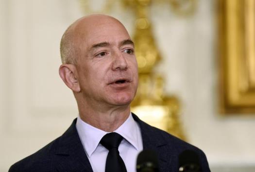 Il Ceo di Amazon Jeff Bezos vuole riportare l'uomo sulla Luna entro il 2024