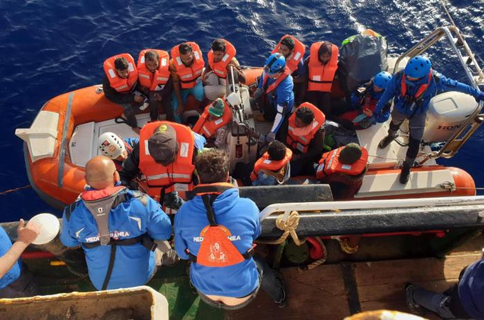 Migranti, la Mare Jonio attracca a Lampedusa. Nave sequestrata ma porti aperti