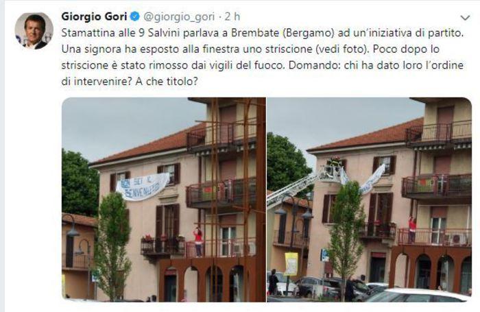 I Vigili del fuoco rimuovono uno striscione anti-Salvini a Brembate (Bergamo). Scoppia la polemica
