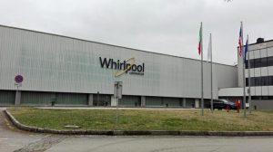 Whirlpool chiude lo stabilimento di Napoli: in 450 a casa senza preavviso. Sindacati in rivolta
