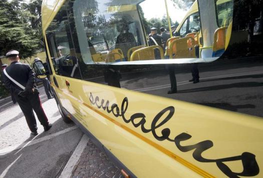 Padova, si rovescia scuolabus: feriti sette studenti. L'autista fugge senza aiutare i ragazzi