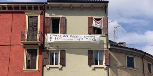 """Salvini a Verona, altro striscione: """"Prima gli esseri umani e poi… i 49 milioni"""". Filmato ma non rimosso"""
