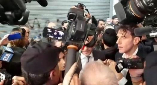 """Roma, Virginia Raggi insultata a Casal Bruciato durante visita a famiglia rom: """"Hanno diritto alla casa, è la legge"""""""