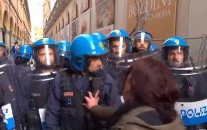 """Bologna, durante gli scontri una donna urla: """"I fascisti hanno ucciso i miei nonni. Voi da che parte state?""""   Gli agenti la gettano a terra"""