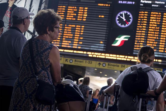 Treni, traffico nel caos da Nord a Sud per incendio doloso: rivendicazione anarchica