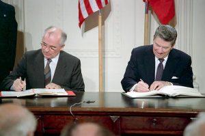 """Trump straccia il trattato nucleare firmato da Reagan-Gorbaciov. La Nato: """"Colpa di Mosca"""""""