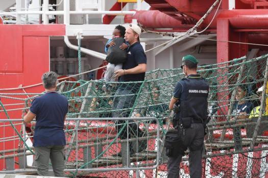 """Ocean Viking, migranti sbarcati e già redistribuiti. Conte: """"Salvini non rosicare…"""""""