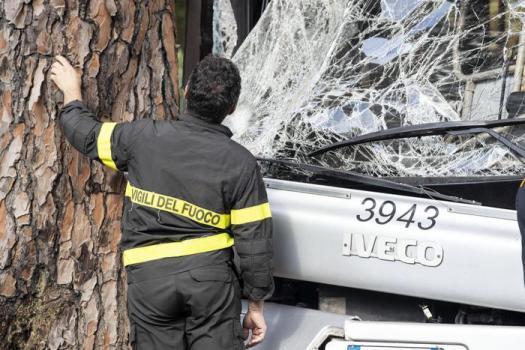 Roma, bus Atac si schianta contro albero: mezzo malmesso o distratto alla guida? Nove passeggeri gravi