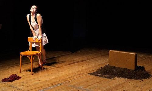 Nella foto di Simone Boiocchi, Tiziana Francesca Vaccaro in scena