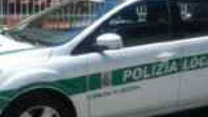 litiga con al polizia locale e finiscono in ospedale in due
